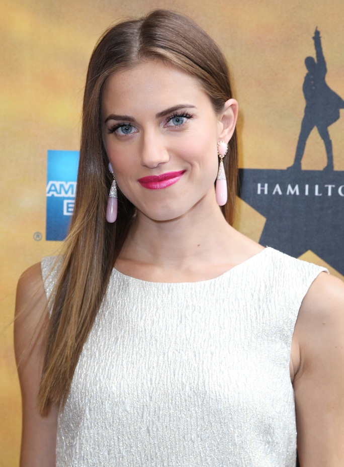 Allison Williams Cleavage Pictures