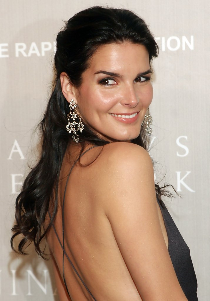 Angie Harmon Sexy Pose Images