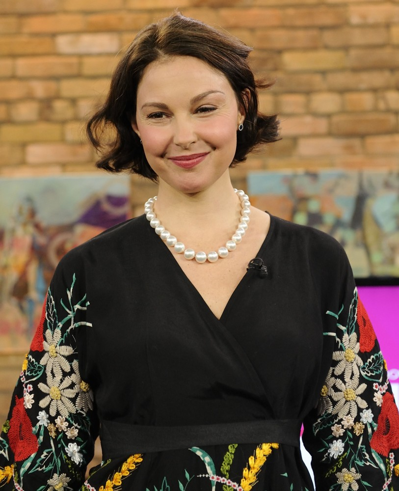 Ashley Judd Cleavage Photos