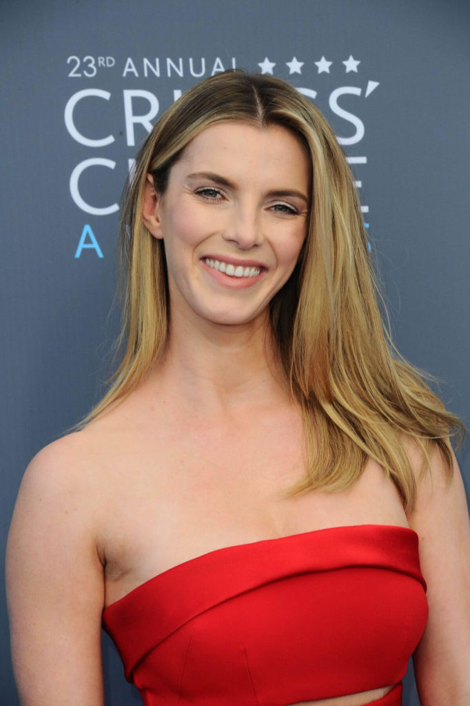 Betty Gilpin Braless Wallpapers