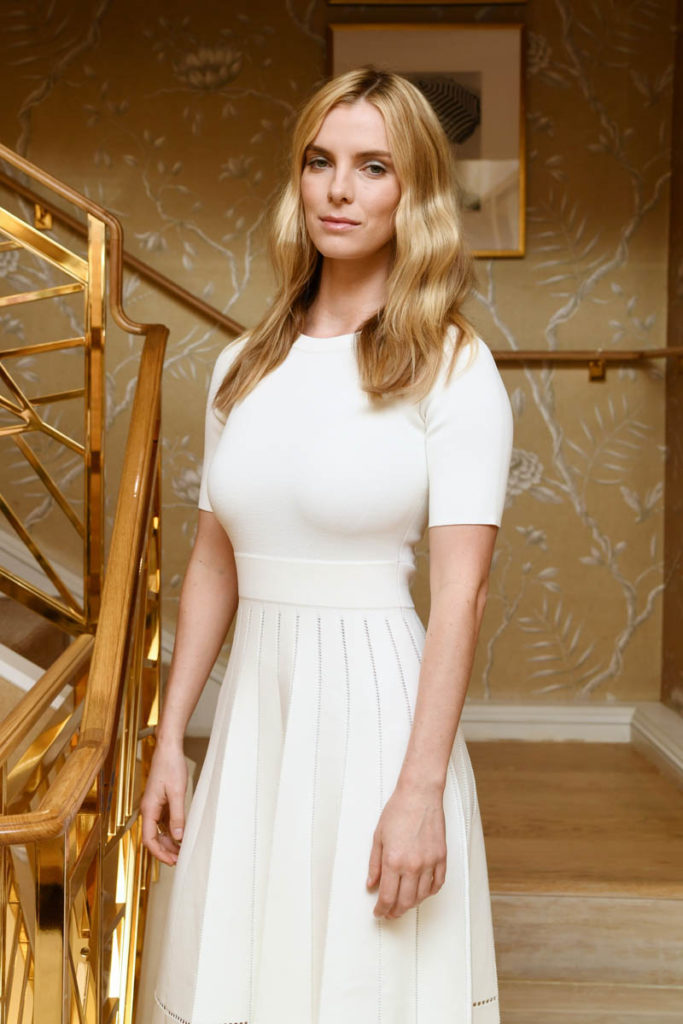 Betty Gilpin Haircut Pictures