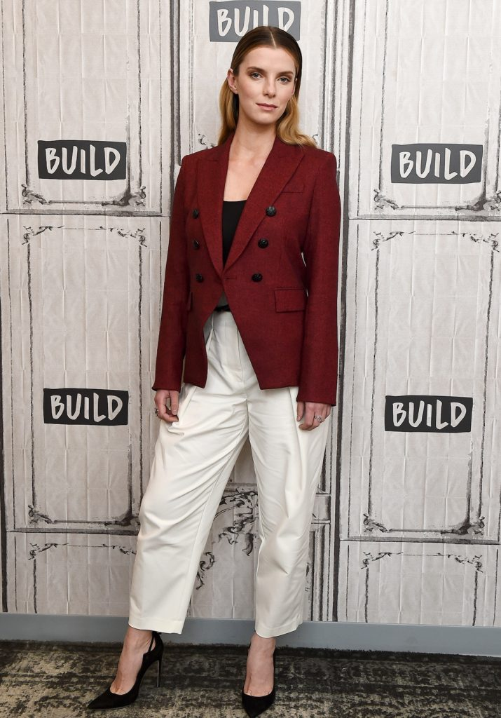 Betty Gilpin Legs Wallpapers
