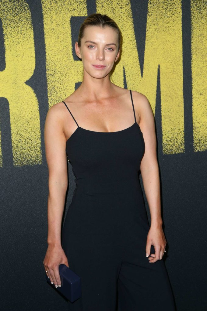 Betty Gilpin Wallpapers