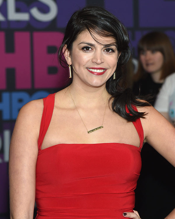 Cecily Strong Cleavage Photos