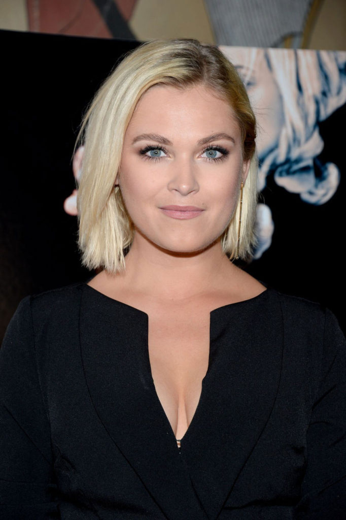 Eliza Taylor Smileing Photos