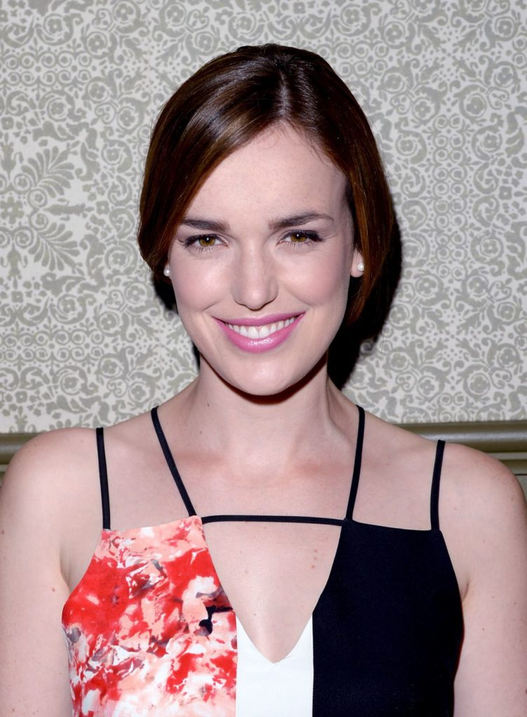 Elizabeth Henstridge Body Photos