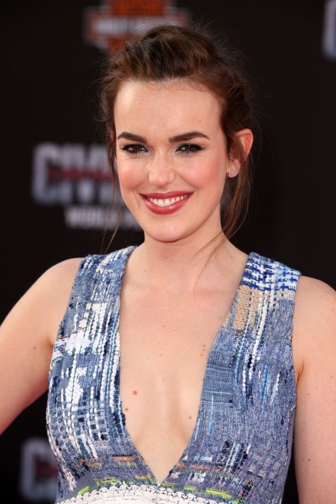 Elizabeth Henstridge Boobs Photos