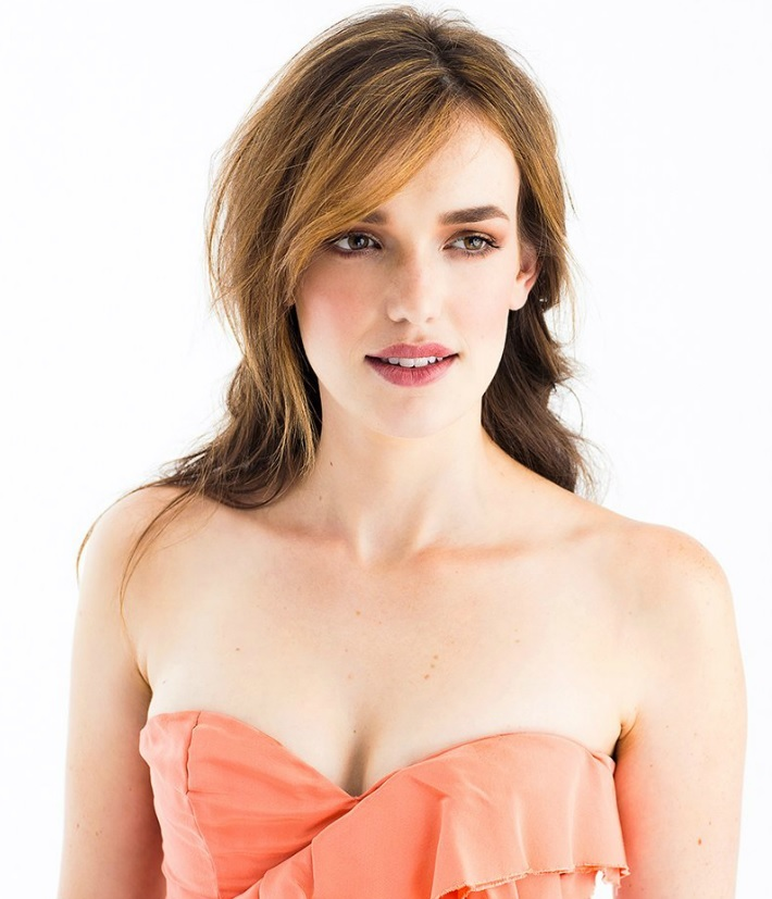 Elizabeth Henstridge Braless Images