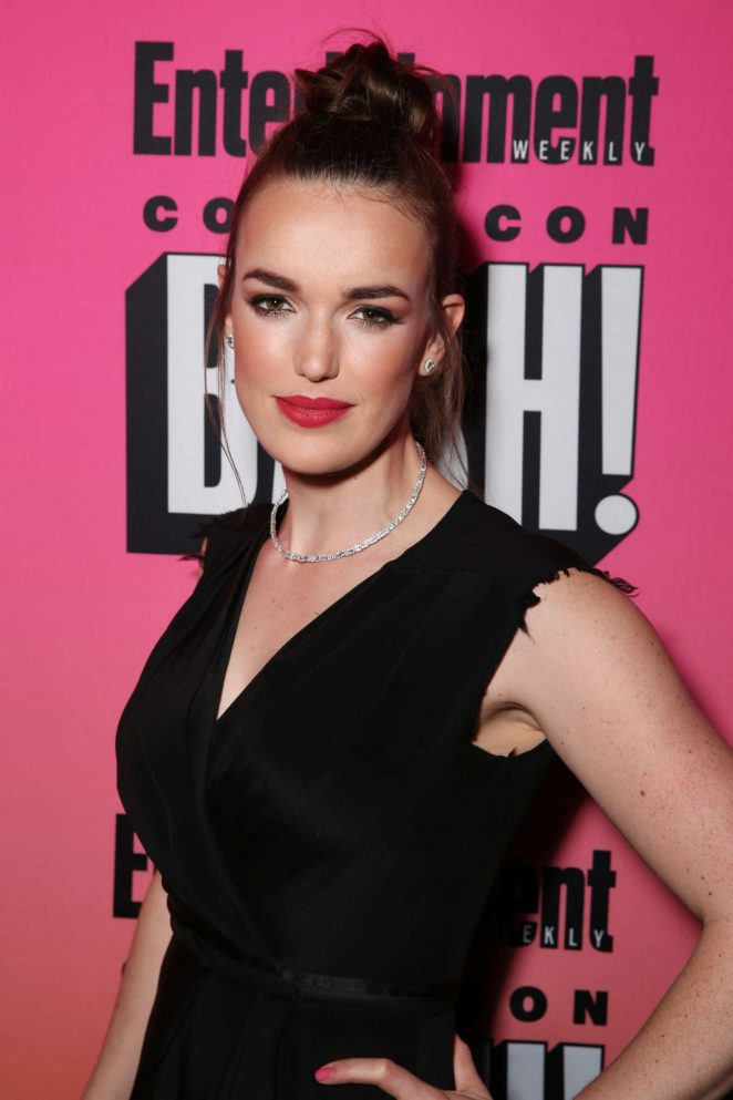 Elizabeth Henstridge Cleavage Pictures