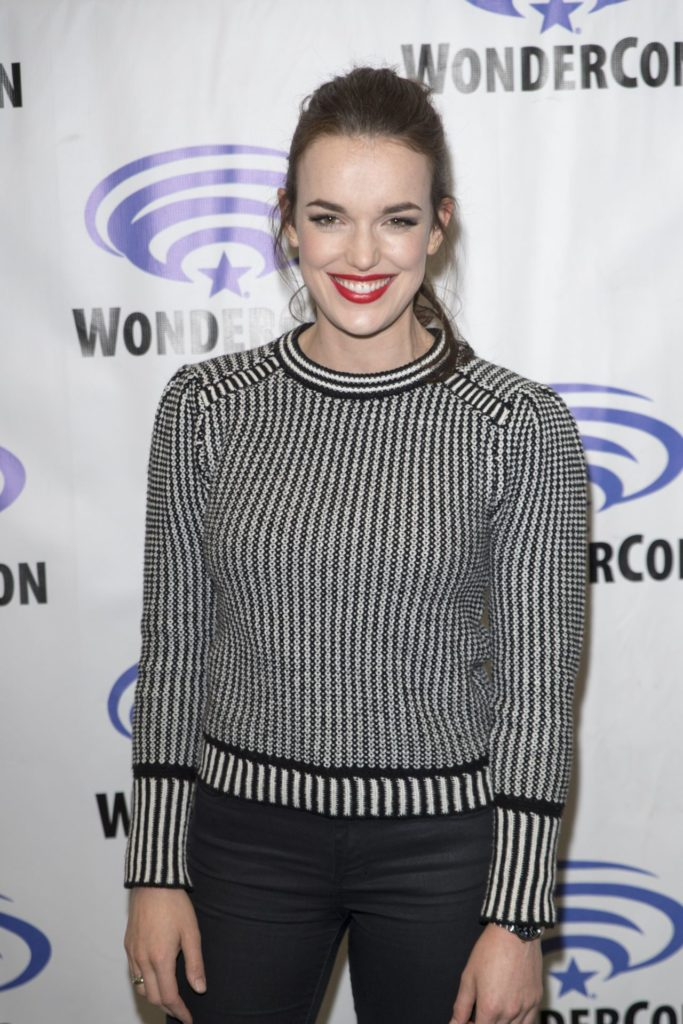 Elizabeth Henstridge Haircut Wallpapers
