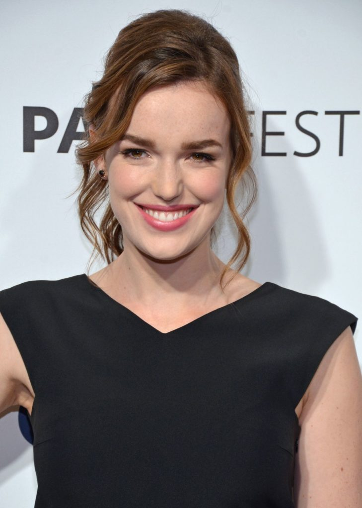 Elizabeth Henstridge Hot Pics Gallery