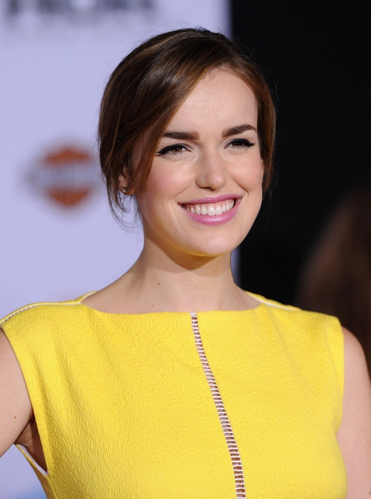Elizabeth Henstridge Photos