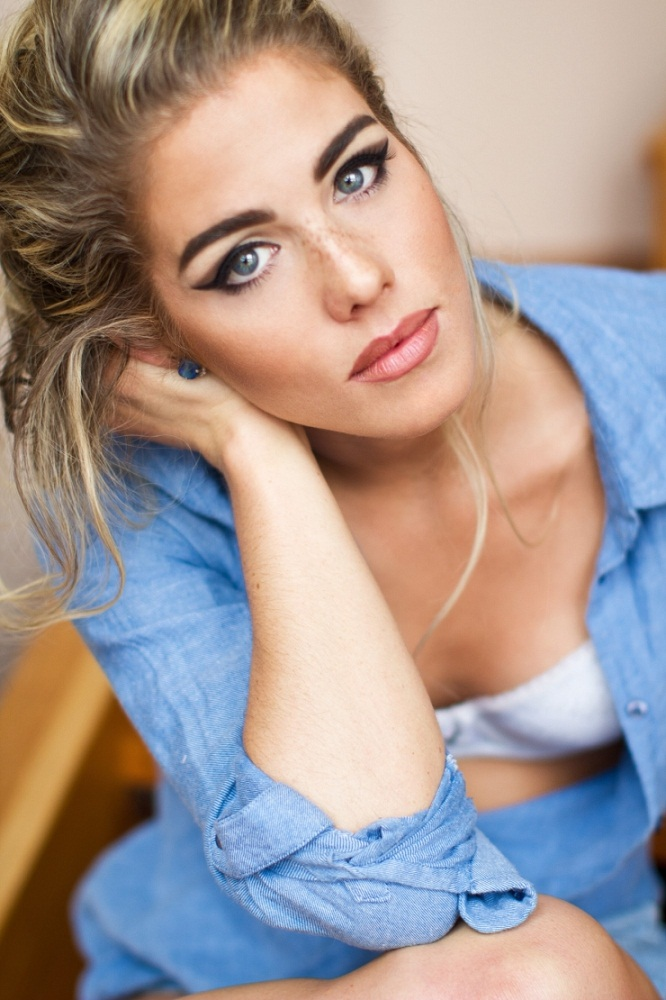 Emily Bett Rickards Oops Moment Photos