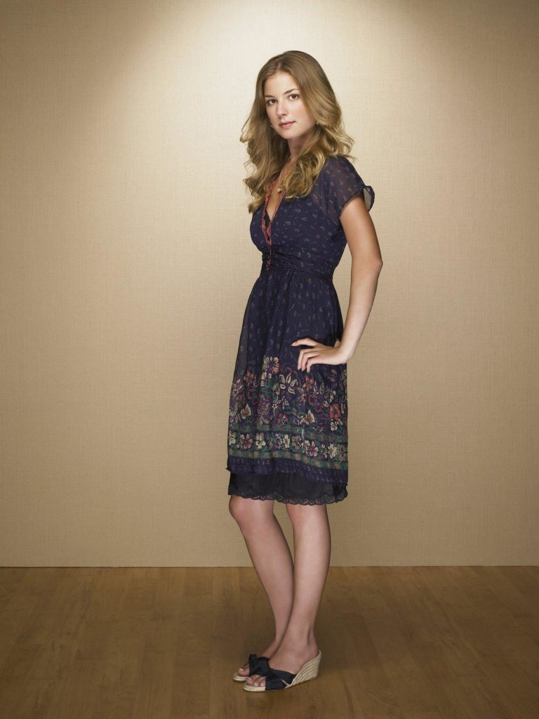 Emily VanCamp Sexy Legs Photos
