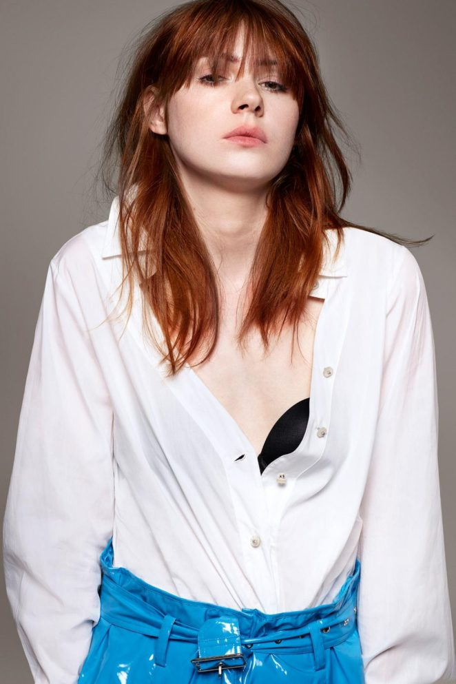 Karen Gillan Braless Photos