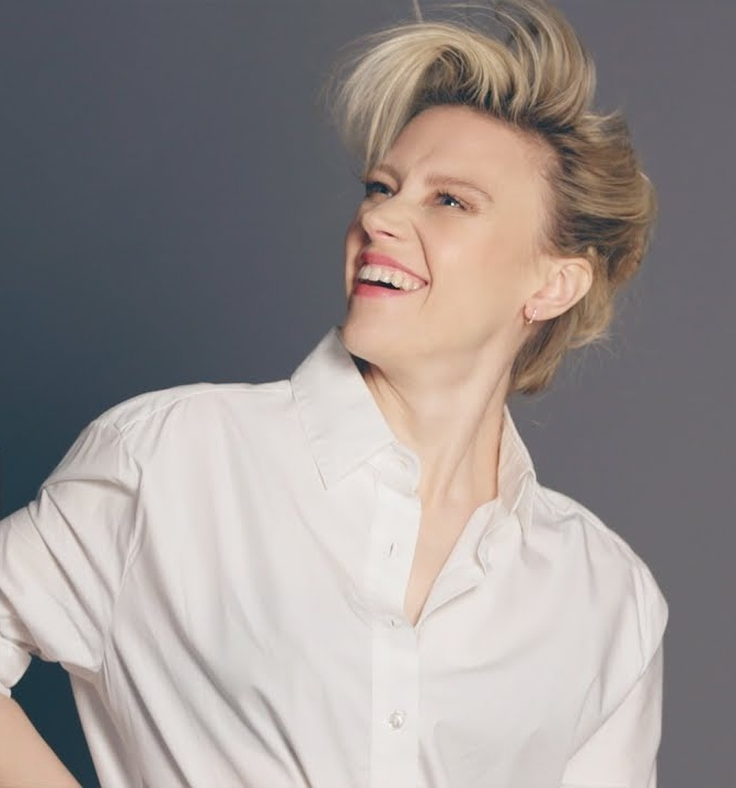 Kate McKinnon Cleavage Photos