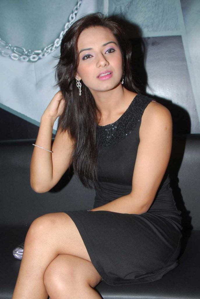 Isha Chawla Thighs Pictures
