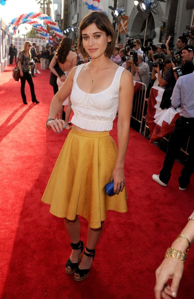 Lizzy Caplan Sexy Pictures