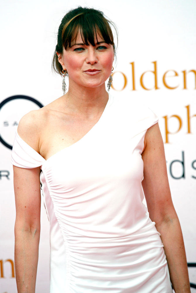 Lucy Lawless Cleavage Photos