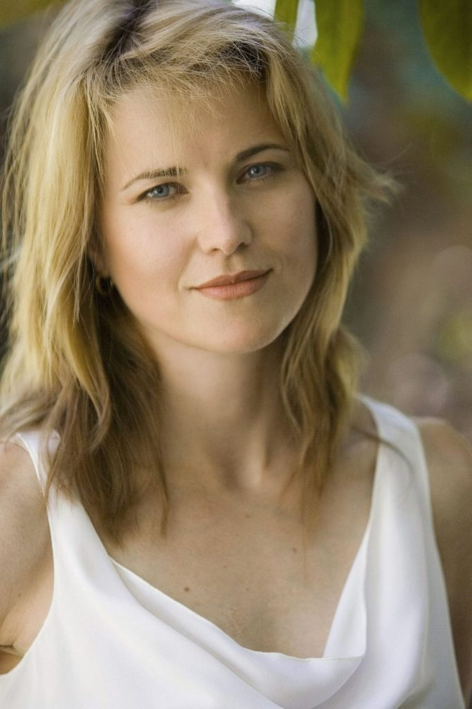 Lucy Lawless Sexy Eyes Photos
