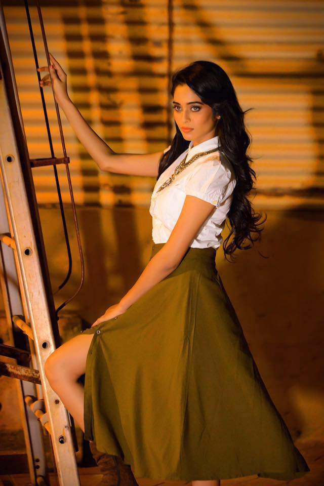 Neha Saxena Thighs Images